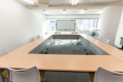 ホワイトボード、演台各1台常設です。 - 渋谷フォーラムエイト 12階 1207会議室の室内の写真