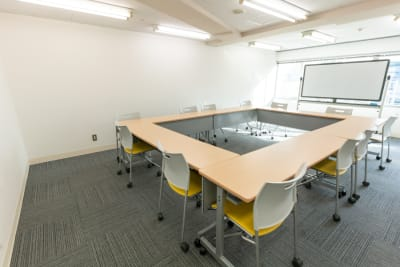 窓もあるので採光バッチリ、換気もできます(ブラインド付)。 - 渋谷フォーラムエイト 12階 1207会議室の室内の写真