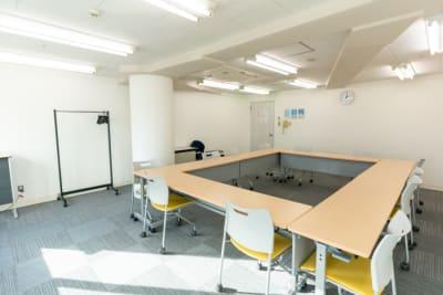 机・椅子はご利用時に動かしても構いません(キャスター付)。 - 渋谷フォーラムエイト 12階 1207会議室の室内の写真