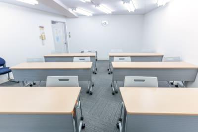 机・椅子はご利用時に動かしても構いません(キャスター付)。 - 渋谷フォーラムエイト 12階 1208会議室の室内の写真