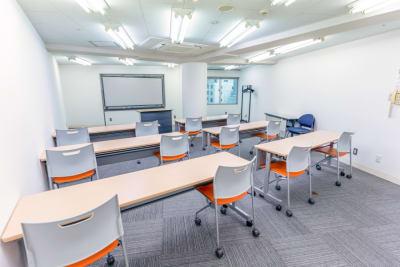 ホワイトボード、演台各1台常設です。 - 渋谷フォーラムエイト 12階 1208会議室の室内の写真