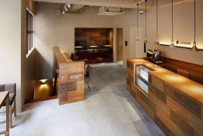 当日は1Fカフェスペースにて受付をお願いいたします。 - LEAGUE銀座 イベントスペ―スの入口の写真