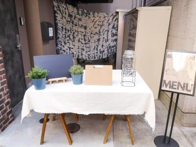 テーブルやミニ黒板ボードは無料で貸し出し可能です。 - ゲストハウス神戸なでしこ屋 神戸南京町の中心部!販売スペースの設備の写真