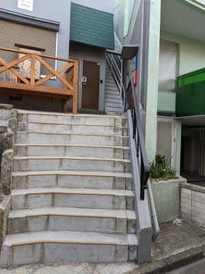 階段を上がって頂いた、1階右側の扉になります。 - Spa Bloomgarden レンタルサロンの外観の写真