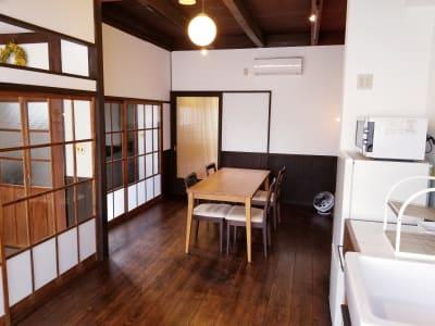 建具(ガラス戸)は、大正時代の旧家から譲り受けました。当時の趣きを感じられてはいかがでしょうか? - 癒しの古民家Kyoto Knot レンタルスペースの室内の写真
