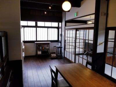 通りに面した窓には、格子戸を眺めることができます。 - 癒しの古民家Kyoto Knot レンタルスペースの室内の写真