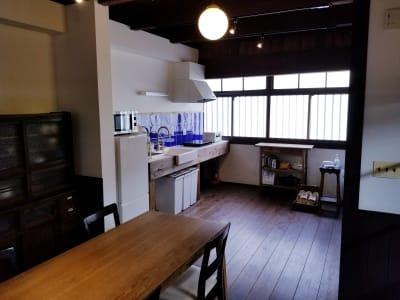移動式のアイランドテーブルがありますので、ちょっとした調理や作業台としてご利用ください。 - 癒しの古民家Kyoto Knot レンタルスペースの室内の写真
