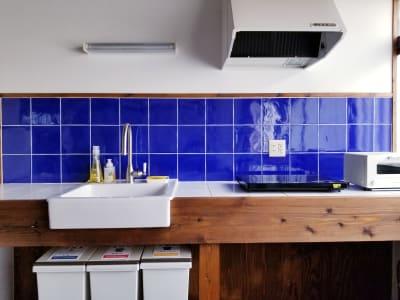 スペース内をヴィヴィッドに演出するブルーのタイル。朝日の差し込む午前中は鮮やかな空間を演出してくれます。 - 癒しの古民家Kyoto Knot レンタルスペースの室内の写真
