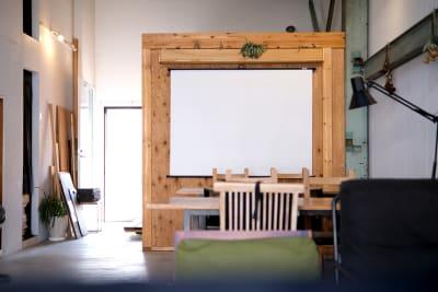 プロジェクター用の大型スクリーンも完備。 - スタジオヒュッテ N4 STUDIO 1Fの室内の写真