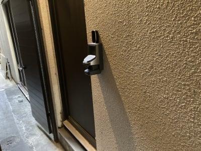 建物左側の扉から入り、右側のインターホンを鳴らしてください。 - 大人の隠れ家 貸切完全個室スペースCの入口の写真
