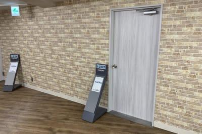 案内スタンドはA4用紙(縦)を入れられます。ご自由にお使いください。 - 渋谷フォーラムエイト 12階 1207会議室の入口の写真