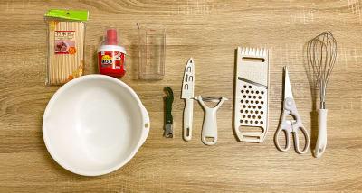 調理器具② ボウル、竹串、油引き、計量カップ、3wayオープナー、包丁、ピーラー、スライサー、キッチンハサミ、泡立て器 - トーノア🏠新大阪 パーティスペースの室内の写真