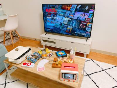 50インチTVの大画面‼️  各種ボードゲームあります🎶 - トーノア🏠新大阪 パーティスペースの室内の写真