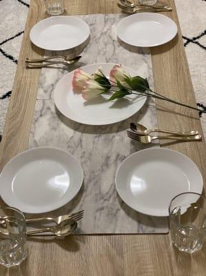 食器② ゴールドカトラリーで大人オシャレなディナー、演出も♡ - トーノア🏠新大阪 パーティスペースの室内の写真
