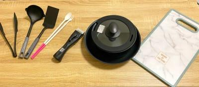 調理器具① トング、お玉、ヘラ、菜箸、取っ手付きお鍋・フライパン、まな板 - トーノア🏠新大阪 パーティスペースの室内の写真