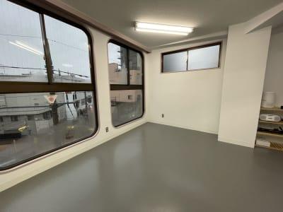 鏡の反対側は全面窓で開放感があります。 - レンタルスタジオ国立リノ 国立サニービルの室内の写真