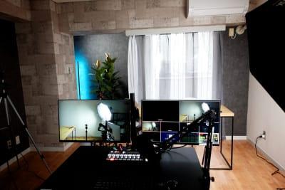デュアルモニターのディレクターデスク、昇降機能、キャスター付きなので自由なポジションで監督できます。 - 動画スタジオ 五反田ONAIR 動画撮影・配信スタジオの室内の写真