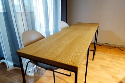 家具はCrashgateブランドのものを利用。クールな画が撮れます。 - 動画スタジオ 五反田ONAIR 動画撮影・配信スタジオの室内の写真