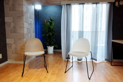 対談、インタビューに最適。 - 動画スタジオ 五反田ONAIR 動画撮影・配信スタジオの室内の写真