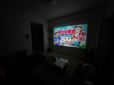 大画面でゲームや映画鑑賞可能! - MT402 タスワンスペースの室内の写真