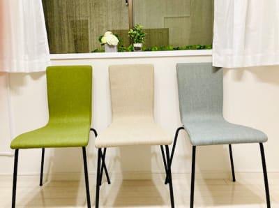 シックなお色目の スタッキングチェア - シェアプレ 貸会議室 学芸大学 コトリ ノトリコの室内の写真