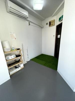 入り口には人工芝設置しました。 - レンタルスタジオ国立リノ 国立サニービルの室内の写真