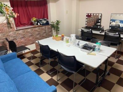 楽屋は2部屋あり、うち1つはメイク用鏡も2台用意してあります。 - SUNZENT STUDIO 機材完備のライブ配信専門スタジオの室内の写真
