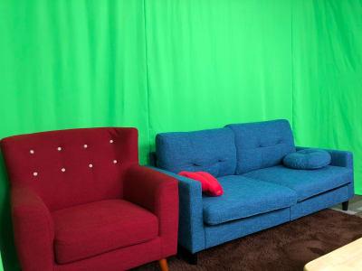 グリーンバックを使ったクロマキー合成も可能です - SUNZENT STUDIO 機材完備のライブ配信専門スタジオの室内の写真