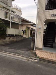 道路より奥側倉庫 民家とアパートの間です。 - オアシス卓球ステーション オアシススペースの外観の写真
