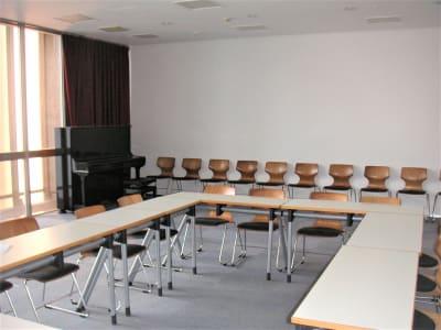 コの字型での教室利用の例  - アンスティチュ・フランセ九州 多目的ホールの室内の写真