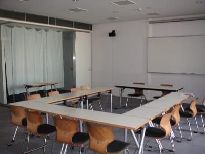 前面にホワイトボードがあります。 - アンスティチュ・フランセ九州 多目的ホールの室内の写真