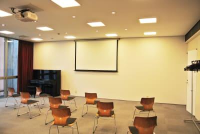 壁面(若しくはスクリーン)にプロジェクターと投影できます。 - アンスティチュ・フランセ九州 多目的ホールの室内の写真