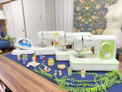 コンパクトミシンが3台アイロン・裁縫道具・トルソーなどがそろっています - プレテコフレ朝潮橋 駅前レンタルミシンスペースの室内の写真