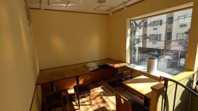 店舗2階の飲食スペースになります。 コワーキングスペースや商談等にご利用可能です。 - 本杢屋 喫茶スペースの室内の写真