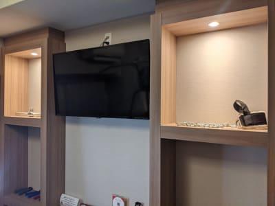 TVモニター ストレッチポール ヨガマット2枚 自撮用三脚 - Muscroom(マッスルーム) マッスルーム207号室 ジムの設備の写真