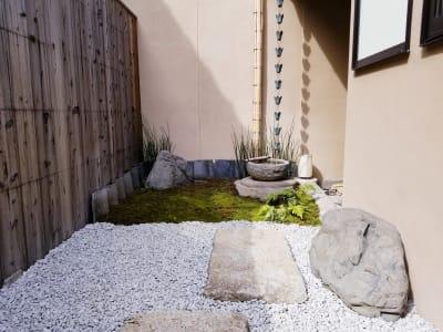喫煙スペースは、土間を通り抜けたお庭にあります。イスに座って、ほっこりとくつろぎのひとときを。 - 癒しの古民家Kyoto Knot レンタルスペースの室内の写真