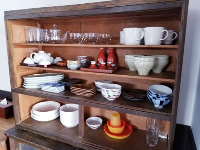 レトロな水屋箪笥には、食器・カップ・グラスなどなど。 - 癒しの古民家Kyoto Knot レンタルスペースの設備の写真