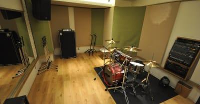 防音・個室/音響スピーカーのあるスタジオです。 こちらはスタジオの一例です。 - スタジオパックス 新松戸店 配信LIVE視聴に!防音スペースの室内の写真