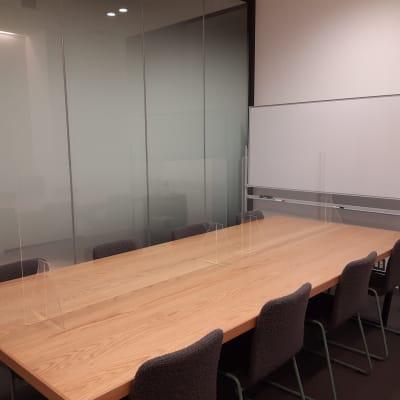 アクリルパーテーション設置 - TOGITOGI 会議室中の室内の写真