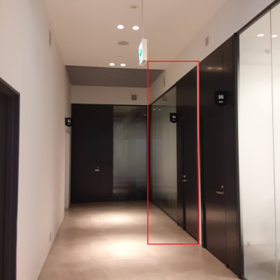 手前から2つ目の部屋です - TOGITOGI 会議室中の入口の写真