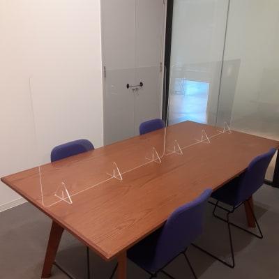 アクリルパーテーション設置 - TOGITOGI 会議室小の室内の写真