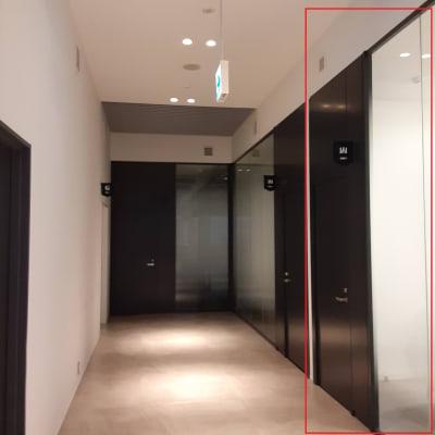 一番手前の部屋です - TOGITOGI 会議室小の入口の写真