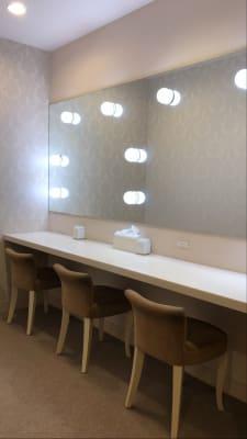 フィッティングルームには女優ミラー付き化粧台完備 - カノビアーノ福岡 ラウンジ(パーティー会場)のその他の写真