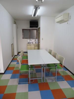 向い合わせの形式です。  - 東長崎レンタルスペース 貸し会議室の室内の写真