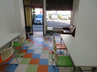 1階スペースで、出入口は1ヶ所となります。ブラインドがありますので、外からは見えなくできます。  - 東長崎レンタルスペース 貸し会議室の入口の写真