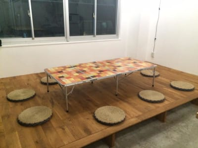 小上がり、夏期はテーブル席(8席)です。 - 猪股ビル マティーズキッチンの室内の写真