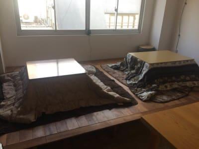 窓側の小上がりには、こたつ(8席)があります。(冬期のみ) - 猪股ビル マティーズキッチンの室内の写真
