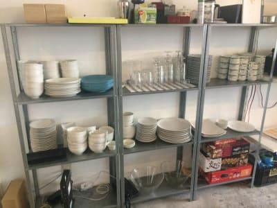 人数分の食器類 ホットプレート たこ焼き器 スティックコーヒーは無料です。 - 猪股ビル マティーズキッチンの室内の写真