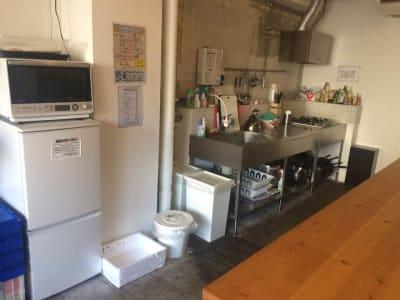 冷蔵庫、電子レンジ、シンク、コンロは4口です。 - 猪股ビル マティーズキッチンの室内の写真