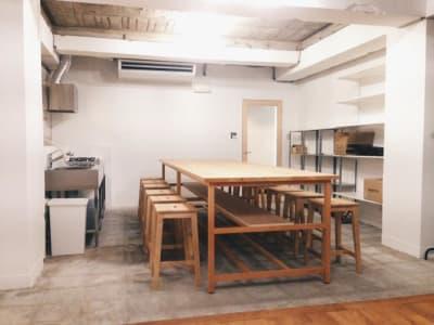 テーブル席12席、左側にキッチン、調理器具があります。 - 猪股ビル マティーズキッチンの室内の写真